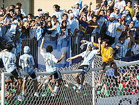 Fussball International U 20 WM  Finale Tschechische Republik-Argentinien  Argentinische Spieler feiern ausgelassen auf der Torlatte sitzend mit den Fans.