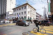 In San Francisco ligt de oudste Chinatown van Noord-Amerika. Het gebied is opgericht in 1848 en is de grootste Chinese enclave buiten Azi&euml;. De Amerikaanse stad San Francisco aan de westkust is een van de grootste steden in Amerika en kenmerkt zich door de steile heuvels in de stad.<br /> <br /> San Francisco has the oldest Chinatown of Northern America. It is established in 1848 and is the biggest Chinese community outside Asia. The US city of San Francisco on the west coast is one of the largest cities in America and is characterized by the steep hills in the city.