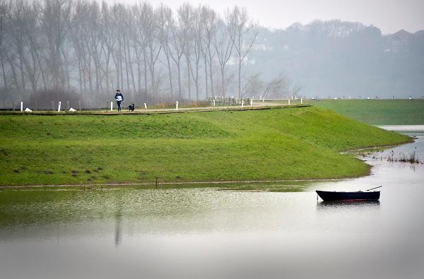 Nederland, Nijmegen, 12-1-2018Het hoogwater, hoge water, trekt veel nieuwsgierigen en andere dagjesmensen naar de Ooijpolder en levert schilderachtige beelden op. Wandelaars en hardlopers op de dijk.Foto: Flip Franssen
