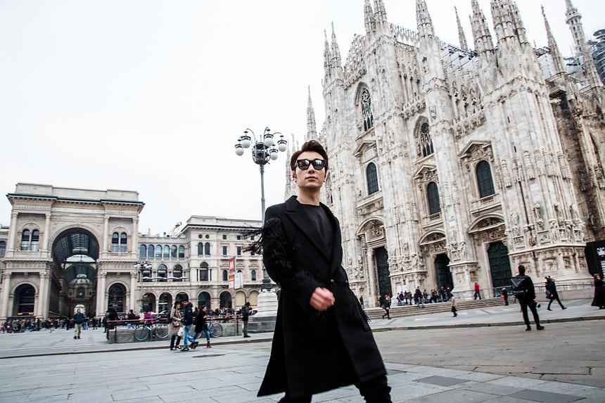Modele chinois devant le Dome de Milan, a l'arrivee au defile de Uma Wang pendant la semaine de la mode