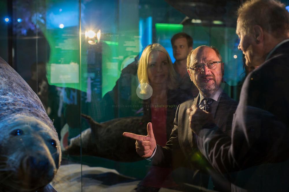 Zum Auftakt der heissen Wahlkampfphase besucht SPD-Kanzlerkandidat Martin Schulz zusammen mit Manuela Schwesig, Ministerpraesidentin des Landes Mecklenburg-Vorpommern, das Ozeaneum Stralsund. Hier erklaert Ozeaneum Geschaeftsfuehrer Harald Benke dem Kanzlerkandidaten die Wunder der Unterwasserwelt.