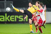 UTRECHT - Utrecht - Roda JC , Voetbal , Eredivisie, Seizoen 2015/2016 , Stadion Galgenwaard , 17-10-2015 ,Roda JC speler Tomi Juric (m) komt net bij de bal tussen FC Utrecht speler Mark van der Maarel (l) en FC Utrecht speler Bart Ramselaar (r) in
