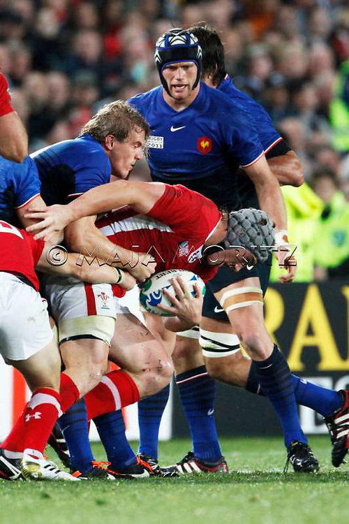 Jonathan DAVIES (Wales) gets tackles by Aurelien ROUGERIE (France)