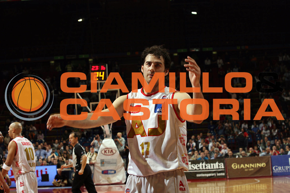 DESCRIZIONE : Milano Lega A1 2006-07 Playoff Semifinale Gara 1 Armani Jeans Milano VidiVici Virtus Bologna<br /> GIOCATORE : Dante Calabria<br /> SQUADRA : Armani Jeans Milano<br /> EVENTO : Campionato Lega A1 2006-2007 Playoff Semifinale Gara 1<br /> GARA : Armani Jeans Milano VidiVici Virtus Bologna<br /> DATA : 30/05/2007 <br /> CATEGORIA : Delusione<br /> SPORT : Pallacanestro <br /> AUTORE : Agenzia Ciamillo-Castoria/M.Marchi