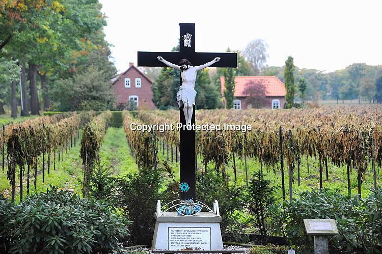 Nederland, Griendtsveen, 3-10-2016Een kruisbeeld met christus staat langs de openbare weg bij het dorp in de Peel. Veel van deze beelden worden door vandalen, vernield. Het is ook een gedenkteken vanwege de 2e wereldoorlog en de bezetting.Foto: Flip Franssen