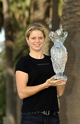 Kim Clijsters of Belgium holds the Masters Trophy as she won for the second consecutive year on the Santa Monica promenade. Los Angeles-CA. November 11 2003. © Lionel Hahn/ABACA