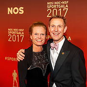 NLD/Amsterdam/20171219 - Inloop NOC/NSF Sportgala 2017, Jochem Uytdehaage en partner Danielle Mouissie