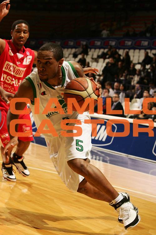 DESCRIZIONE : Bologna Final Eight 2008 Quarti di Finale Montepaschi Siena Scavolini Spar Pesaro <br /> GIOCATORE : Terrell Mc Intyre <br /> SQUADRA : Montepaschi Siena <br /> EVENTO : Tim Cup Basket For Life Coppa Italia Final Eight 2008<br /> GARA : Montepaschi Siena Scavolini Spar Pesaro <br /> DATA : 07/02/2008 <br /> CATEGORIA : Penetrazione <br /> SPORT : Pallacanestro <br /> AUTORE : Agenzia Ciamillo-Castoria/P.Lazzeroni
