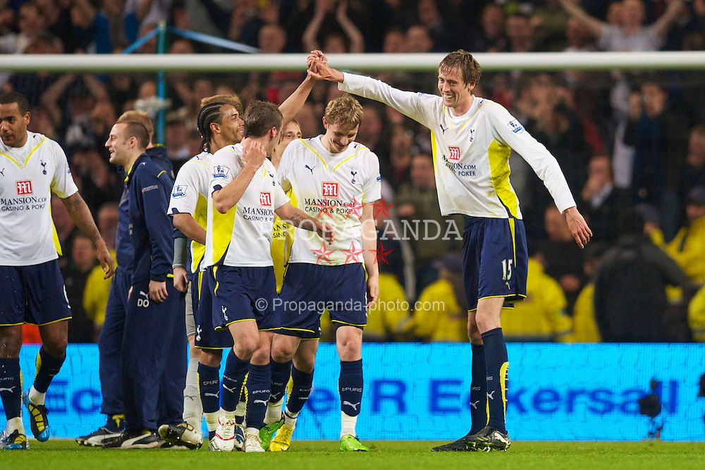 MANCHESTER, ENGLAND - Wednesday, May 5, 2010: Tottenham Hotspur's match-winner Peter Crouch celebrates his side's qualification to the UEFA Champions League after his goal sealed a 1-0 victory over rivals Manchester City and guaranteed a fourth place finish during the Premiership match at City of Manchester Stadium. (Photo by David Rawcliffe/Propaganda)