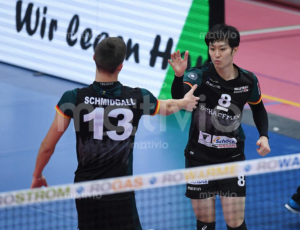 Volleyball 1. Bundesliga  Saison 2017/2018 TV Rottenburg - Volley Bisons Buehl       11.11.2017 JUBEL Volley Bisons Buehl; Masahiro Yanagida (re) klatscht Mario Schmidgall (li) ab