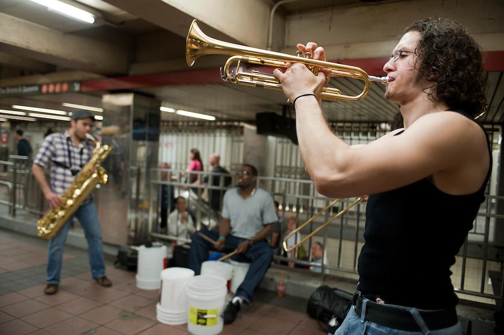 William B. Johnson's (sitting) band Drumadics in der Herald's Square 34th street station. Er ist offizieler Musiker von 'Music Under New York'. ..Jedes Jahr im Mai laden die Betreiber der New Yorker Subway (MTA) ca 60 Musiker und Gruppen zu einem Wettbewerb im Grand Central Station ein. Die Gewinner duerfen ganz legal an ihnen zugeteilten Orten im Ubahn System auftreten. Viele unangemeldete  und selbst organisierte Musiker jeder nur erdenklichen Musikrichtung spielen zudem in fast jeder wichtigen Ubahnstation. Die Angst vor der Polizei ist dabei gering, selten gibt es eine Verwarnung und noch seltener ein Bussgeld. Meist wird einfach der Ort gewechselt falls es Probleme gibt...William B. Johnson's (sitting) band Drumadics at Herald's Square 34th street. He is a official 'Musik Under New York' musician...Drummer Mike Alaska on the L train platform at Union Square Station in Manhattan. The L train attracts many musicians...MTA (Metropolitan Transportation Authority) .Music Under New York.Auditions.Every Spring, Music Under New York (MUNY) presents a day of auditions in Grand Central Terminal to review and add new performers to the MUNY roster. This year, MUNY held its annual auditions in May on the Northeast Balcony of the Grand Central Terminal. .In addition legions of non-official musicians play in New Yorks subway stations and on platforms. One can find every thinkable style and instrument underground. ..Foto: Stefan Falke.