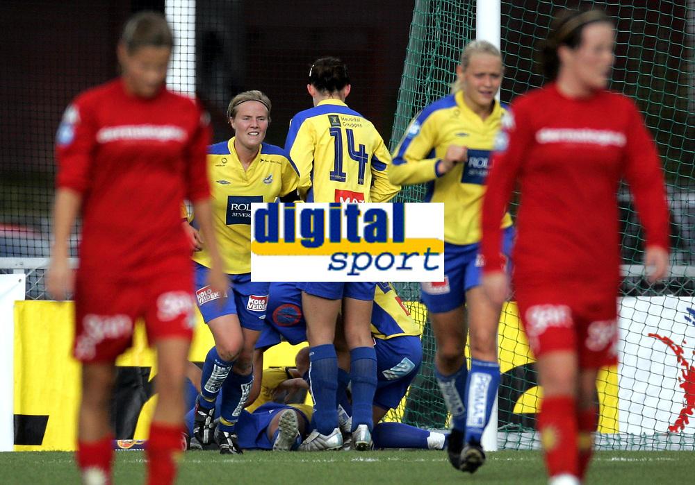 Fotball<br /> Toppserien kvinner 2006<br /> 07.10.2006<br /> R&oslash;a v Trondheims-&Oslash;rn 0-1<br /> Foto: Morten Olsen, Digitalsport<br /> <br /> &Oslash;rn jubler for 1-0 signert Kristin Lie som ligger nederst i haugen.