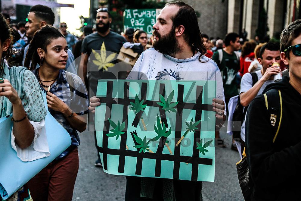 SÃO PAULO,SP, 06.05.2017 - MARCHA-MACONHA - Pessoas participam da Marcha da Maconha, que reivindica a legalização da erva para uso medicinal e recreativo, na Avenida Paulista, região centro-sul de São Paulo, neste sábado (6). (Foto: Amauri Nehn/Brazil Photo Press)