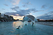 Bubble play and Eye of Wisdom , The Hemisphere, at dusk, City of Arts and Sciences ; 1998 ; Santiago Calatrava (Valencia, Spain, 1951) ; Valencia, Comunidad Valenciana, Spain ; First area of the City of Arts and Sciences covering 14,000 square meters. Picture by Manuel Cohen