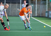 AMSTELVEEN - Kiet Citroen (Bl'daal) met Justin Reid-Ross (Adam)   tijdens de oefenwedstrijd tussen Amsterdam en Bloemendaal heren.   COPYRIGHT  KOEN SUYK