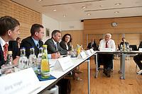 07 AUG 2009, JENA/GERMANY:<br /> Frank-Walter Steinmeier (R), SPD, Bundesaussenminister und Kanzlerkandidat, und Carola Reimann (2.v.R.), MdB, SPD, Mitglied im SPD Kompetenzteam, waehrend einer Gespraechsrunde mit Experten, Besuch des Frauenhofer Instituts fuer LED im Rahmen der Sommerreise<br /> IMAGE: 20090807-01-210<br /> KEYWORDS: Wahlkampf, Bundestagswahl 2009, Auto, Limousine