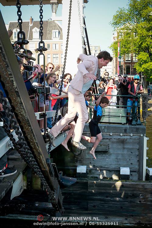 NLD/Amsterdam/20130607 - Beau van Erven Dorens springt met zijn zonen in de Amstel om zijn boek 'Handboek voor Vaders' te dopen, Beau van Ervens Dorens zijn zonen