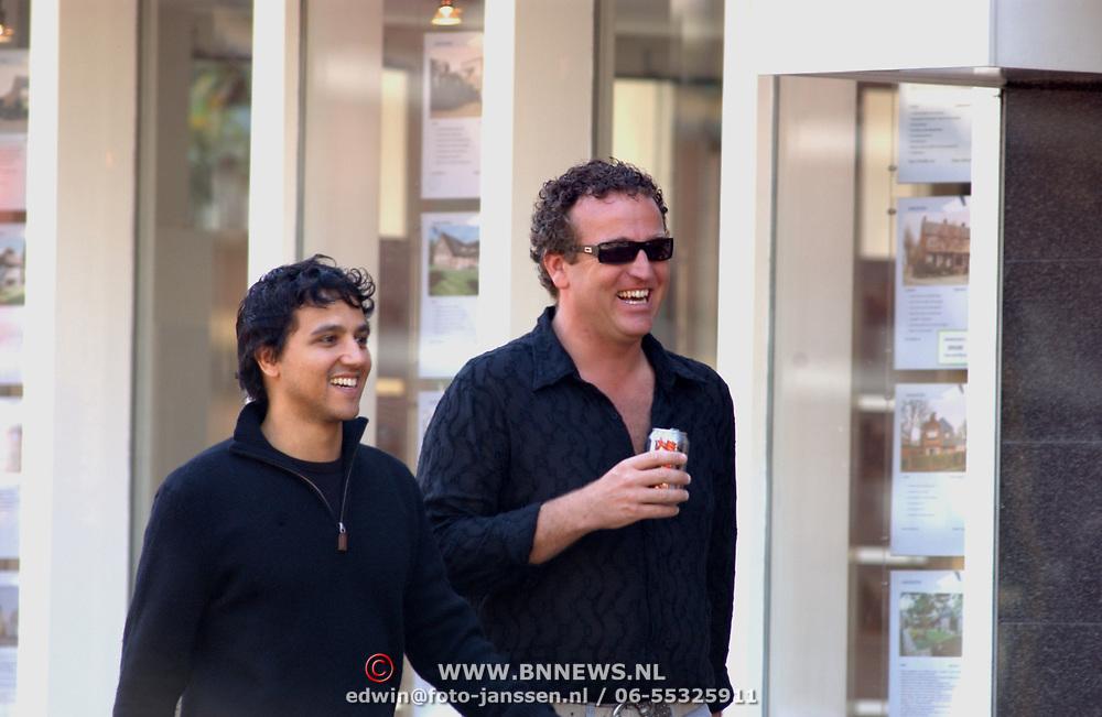 Gordon Heuckeroth en vriend winkelend in Laren