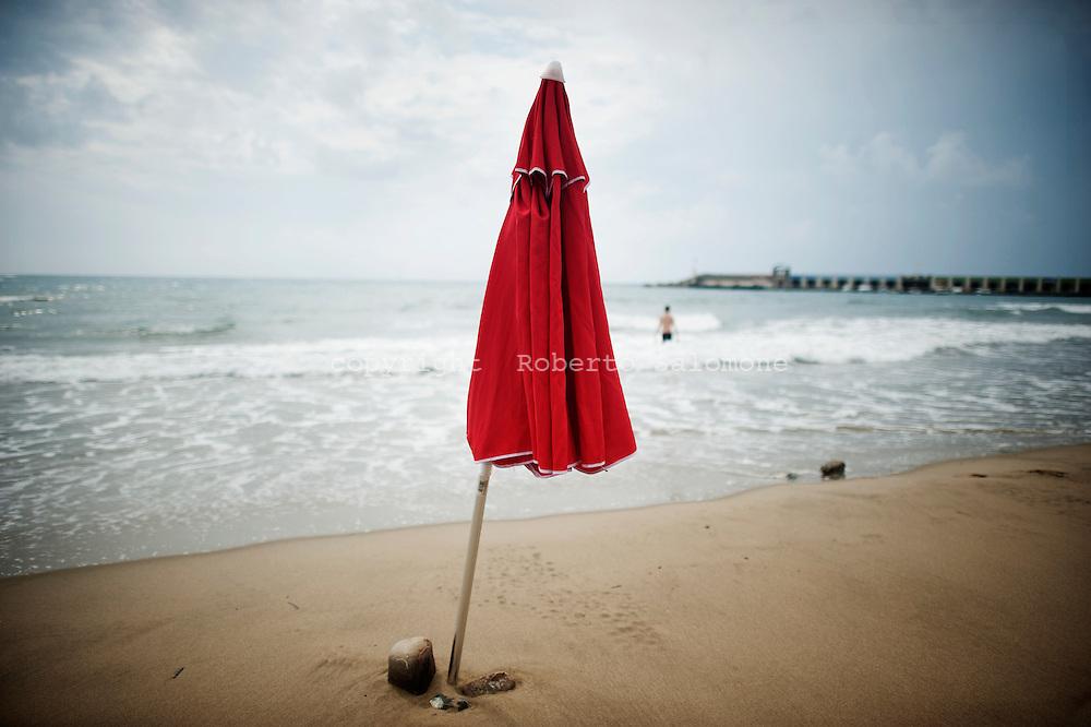 Acciaroli, Italia - 8 settembre 2010. Un ombrellone solitario sulla spiaggia di Acciaroli, piccolo paese in provincia di Salerno. Ph. Roberto Salomone Ag. Controluce.ITALY - A view of a beach umbrella on the beach of the small town of Acciaroli on September 8, 2010.