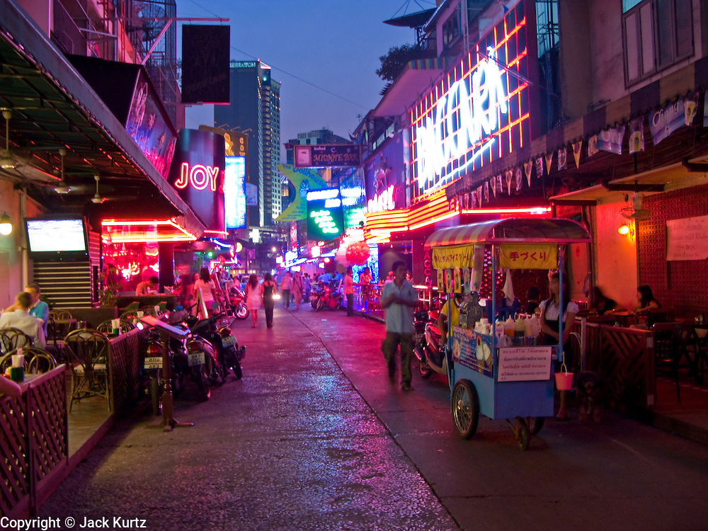 "29 FEBRUARY 2008 -- BANGKOK, THAILAND: Soi ""Cowboy"" one of the adult entertainment districts in Bangkok, Thailand.    Photo by Jack Kurtz/ZUMA Press"