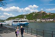 Flusskreuzfahrtschiff, Anlegestelle am Rhein, Festung Ehrenbreitstein, Koblenz, Oberes Mittelrheintal, Rheinland-Pfalz, Deutschland | river cruise ship on Rhine, fortress Ehrenbreitstein, Koblenz, Upper Middle Rhine Valley, Rhineland-Palatinate, Germany