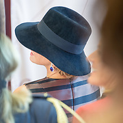 NLD/Utrecht/20161003 - Maxima en Willem-Alexander openen tentoonstelling ' Mapping Australia' , Hoed en oorbellen Koningin Maxima
