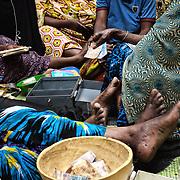 Les présentes peuvent emprunter l'argent disponible dans la caisse pour acheter des marchandises (cosmétique, tissu, poisson) pour leurs petits commerces