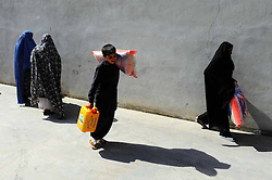 60164568  <br /> Afghans carry food donated by rich in Herat province, western Afghanistan,<br /> Saturday 20th July 2013 <br /> Picture by imago / i-Images<br /> UK ONLY