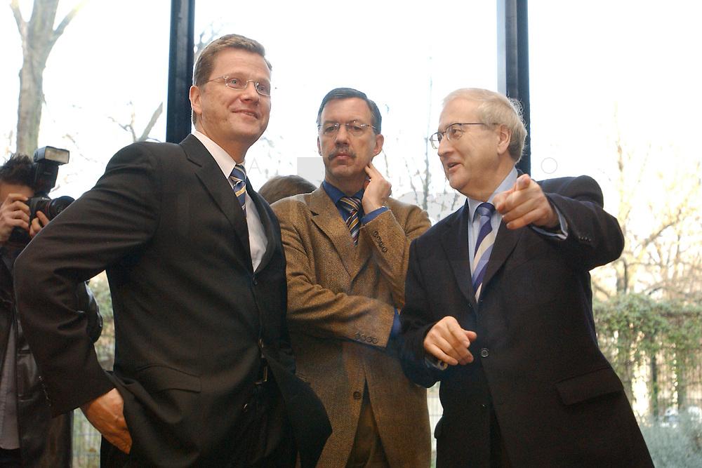 02 DEC 2002, BERLIN/GERMANY:<br /> Guido Westerwelle, FDP Bundesvorsitzender, Walter Doering, FDP Landesvorsitzender und Wirtschaftsminister Baden-Wuerttemberg, und Rainer Bruederle, Stellv. FDP Bundesvorsitzender, (v.L.n.R.), vor Beginn der Sitzung FDP Bundesvorstand, Thomas-Dehler-Haus<br /> IMAGE: 20021202-01-014<br /> KEYWORDS: Rainer Br&uuml;derle, Walter D&ouml;ring