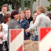 NLD/Almere/20061014 - Cor Bakker praat met fans buiten de studio in Almere