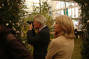 Lady Anunziata Asquith and the Earl of Lichfield. Royal Horticultural Society's Chelsea Flower Show, Royal Hospital's grounds. Chelsea. 23 May 2005.  ONE TIME USE ONLY - DO NOT ARCHIVE  © Copyright Photograph by Dafydd Jones 66 Stockwell Park Rd. London SW9 0DA Tel 020 7733 0108 www.dafjones.com