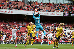 Manuela Zinsberger of Arsenal claims the ball - Mandatory by-line: Arron Gent/JMP - 28/07/2019 - FOOTBALL - Emirates Stadium - London, England - Arsenal Women v Bayern Munich Women - Emirates Cup