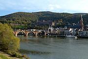 Heidelberg..Blick über den Neckar auf die Alte Brücke (Carl-Theodor-Brücke), die Altstadt und Schloss