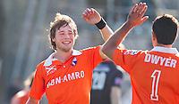 BLOEMENDAAL - Vreugde bij Roel Bovendeert (L) en Jamie Dwywer nadat Bovendeert de stand op 2-0 heeft gebracht, zondag tijdens de competitie wedstrijd hockey bij de mannen tussen Bloemendaal en Amsterdam (3-1).  COPYRIGHT KOEN SUYK