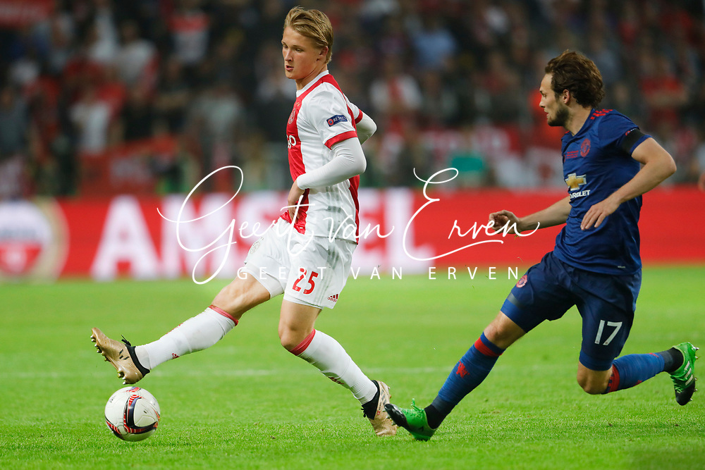 24-05-2017 VOETBAL:AJAX - MANCHESTER UNITED:FINALE:STOCKHOLM<br /> <br /> Kasper Dolberg van Ajax in duel met Daley Blind van Manchester United <br /> <br /> Foto: Geert van Erven