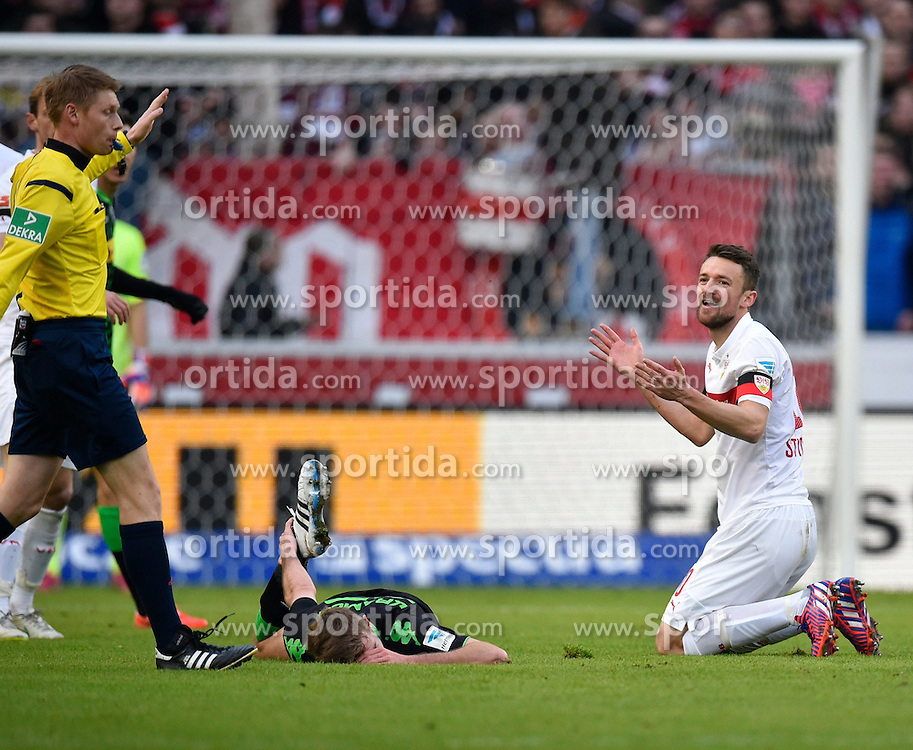 31.01.2015, Mercedes Benz Arena, Stuttgart, GER, 1. FBL, VfB Stuttgart vs Borussia Moenchengladbach, 18. Runde, im Bild Schiedsrichter Christian Dingert (links) sieht Foulspiel von Christian Gentner VfB Stuttgart (rechts) (Unschuldsengel) an Christoph Kramer Borussia Moenchengladbach (links) am Boden // during the German Bundesliga 18th round match between VfB Stuttgart and Borussia Moenchengladbach at the Mercedes Benz Arena in Stuttgart, Germany on 2015/01/31. EXPA Pictures &copy; 2015, PhotoCredit: EXPA/ Eibner-Pressefoto/ Weber<br /> <br /> *****ATTENTION - OUT of GER*****