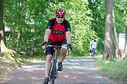 Fietsers rijden over het fietspad tussen Naarden en Huizen.<br /> <br /> Cyclists ride at the bike path between Naarden and Huizen.
