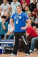 Trainer Dirk Beuchler (TBV) verfolgt das Spiel von der Seitenlinie