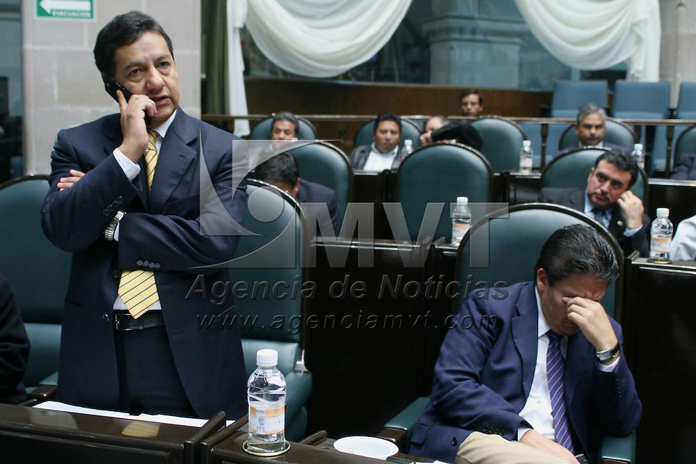Toluca, Mex.- Los diputados Higinio Martinez (izq) y Domitilo Posadas (der) del PRD durante la sesion del Congreso del Estado de Mexico donde se discue el decreto para la aprobacion de la ley de ingresos. Agencia MVT / Mario Vazquez de la Torre. (DIGITAL)<br /> <br /> <br /> <br /> <br /> <br /> <br /> <br /> NO ARCHIVAR - NO ARCHIVE