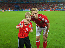 LILLE, FRANCE - Friday, July 1, 2016: Wales' David Edwards celebrates with his son after a 3-1 victory over Belgium and reaching the Semi-Final during the UEFA Euro 2016 Championship Quarter-Final match at the Stade Pierre Mauroy. (Pic by David Rawcliffe/Propaganda)