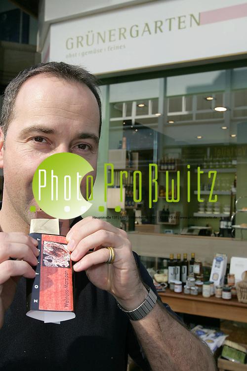 Mannheim. Handel im Wandel. Gr&uuml;ner Garten in P1 am Ende der Kurf&uuml;rstenpassage. Kleines Deikatessengesch&auml;ft. Harald Blum l&auml;sst sich die Schweizer Schokolade schmecken.<br /> <br /> Bild: Markus Pro&szlig;witz<br /> ++++ Archivbilder und weitere Motive finden Sie auch in unserem OnlineArchiv. www.masterpress.org ++++