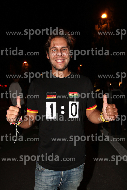 23.06.2010, Leopoldstrasse Schwabing, Muenchen, GER, FIFA Worldcup, Fanfeier nach Ghana vs Deutschland,  im Bild Fan mit T-Shirt, EXPA Pictures © 2010, PhotoCredit: EXPA/ nph/  Straubmeier / SPORTIDA PHOTO AGENCY
