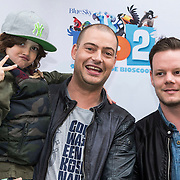 NLD/Amsterdam/20140406 - Inloop filmpremière Rio 2, Lange Frans Frederiks en zoon Willem, Mark en zoon Mylan