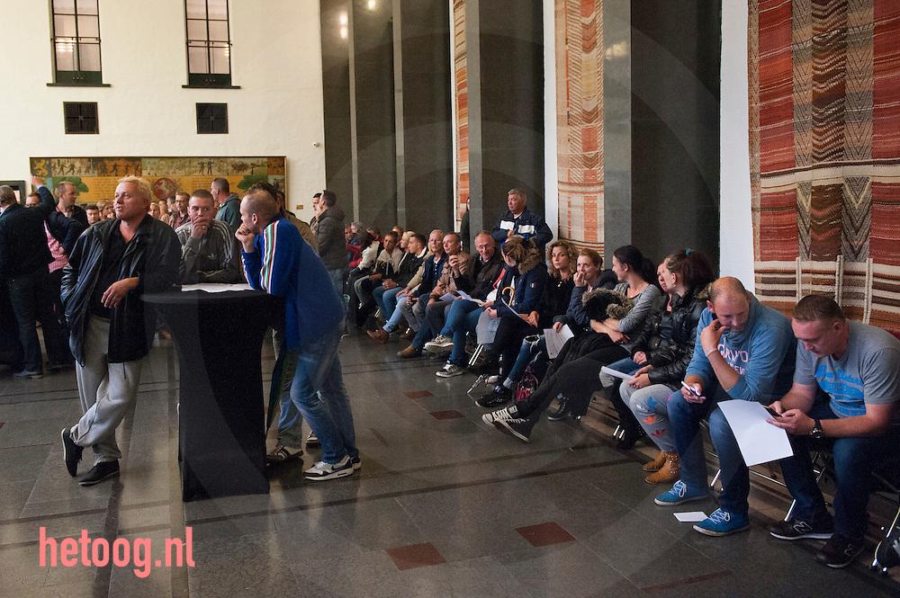 The Netherlands, Nederland Enschede 14sept2015 Tijdens een gemeenteraadsvergadering in Enschede luisteren tegenstanders van een nieuw te openen AZC in Enschede in de burgerzaal naar de gemeenteraadsvergadering foto: Cees Elzenga HH