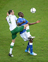 FUSSBALL  EUROPAMEISTERSCHAFT 2012   VORRUNDE Italien - Irland                       18.06.2012 Mario Balotelli (re, Italien) gegen John O Shea (li, Irland)