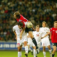 Fotball<br /> VM-kvalifisering<br /> Norge v Hviterussland<br /> Ullevaal stadion<br /> 8. september 2004<br /> Foto: Digitalsport<br /> Vitaly Kutuzov, Hviterussland, vinner duell med Sigurd Rushfeldt og scorer