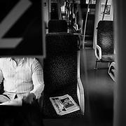M sitzt im Zug der &ouml;sterreichischen Bahn nach Garmisch-Partenkirchen. Um sich die Zeit zu vertreiben hat sich M vorher kostenlose Zeitungen und Magazine besorgt.<br /> &copy; Harald Krieg/Agentur Focus