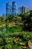 Chine, Hong Kong, Hong Kong Island, le Hong Kong Park et les tours Lippo Center // China, Hong-Kong, Hong Kong Island, Lippo center towers and Hong Kong Park