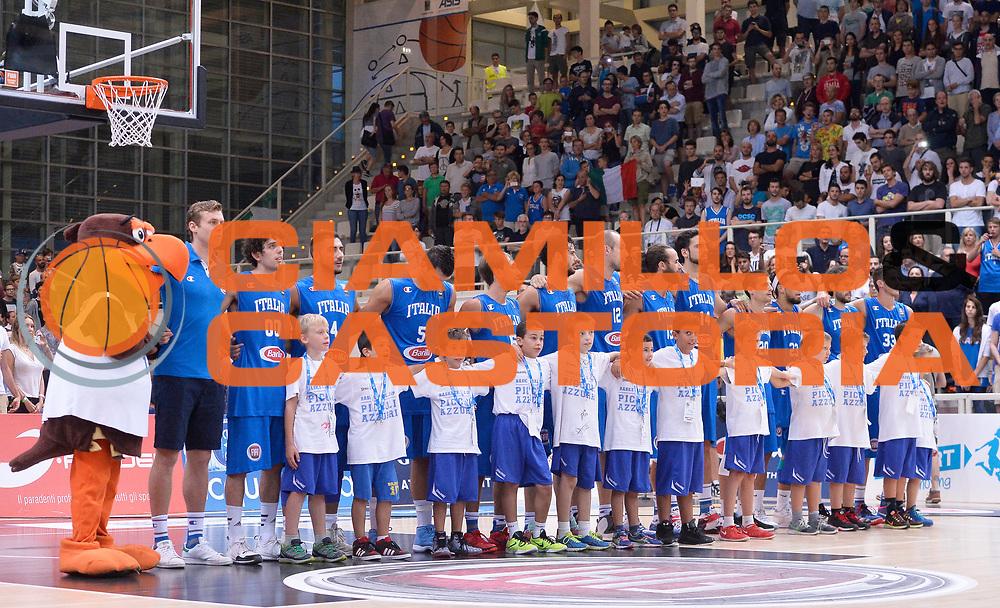 DESCRIZIONE : Trento Nazionale Italia Uomini Trentino Basket Cup Italia Germania Italy Germany <br /> GIOCATORE : Italia<br /> CATEGORIA : pregame before<br /> SQUADRA : Italia Italy<br /> EVENTO : Trentino Basket Cup<br /> GARA : Italia Germania Italy Germany<br /> DATA : 01/08/2015<br /> SPORT : Pallacanestro<br /> AUTORE : Agenzia Ciamillo-Castoria/R.Morgano<br /> Galleria : FIP Nazionali 2015<br /> Fotonotizia : Trento Nazionale Italia Uomini Trentino Basket Cup Italia Germania Italy Germany