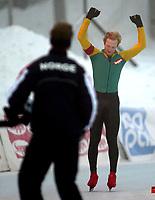 Skøyter, 21. desember 2002. NM enkeltdistanser. Reidar Borgersen, Geithus jubler foran landslagstrener Jan de Kok, etter sin 5000 meter.